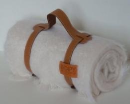Плед из шерсти ангоры (белый, ремень цвета камель)